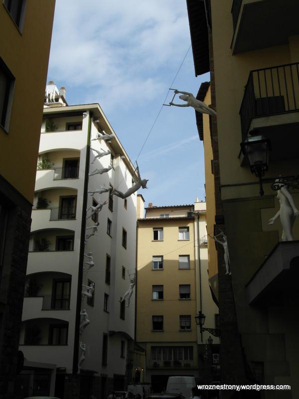 Instalacja artystyczna między budynkami we Florencji