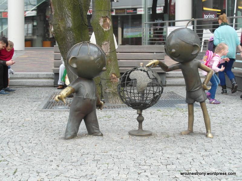 Bolek i Lolek przed centrum handlowym