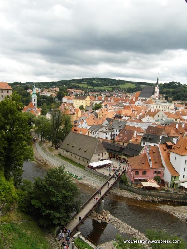 Widok na miasto z przejścia miedzy budynkami zamku