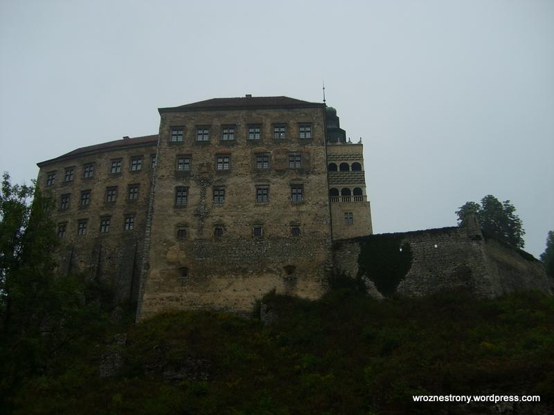 Zamek w Pieskowej Skale w 2007 roku (rzeczywiście widać, że remont mu się przyda)