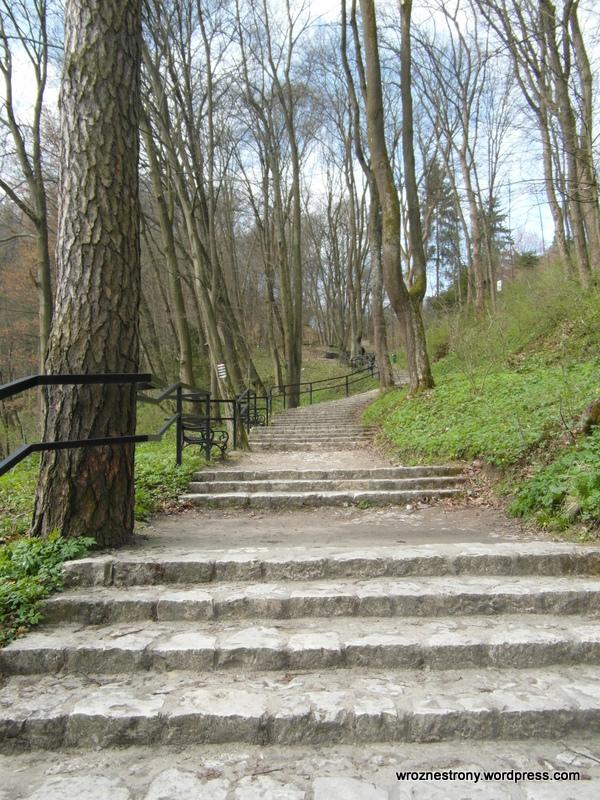 Wejście na wzgórze, na któym znajdują się ruiny zamku w Ojcowie