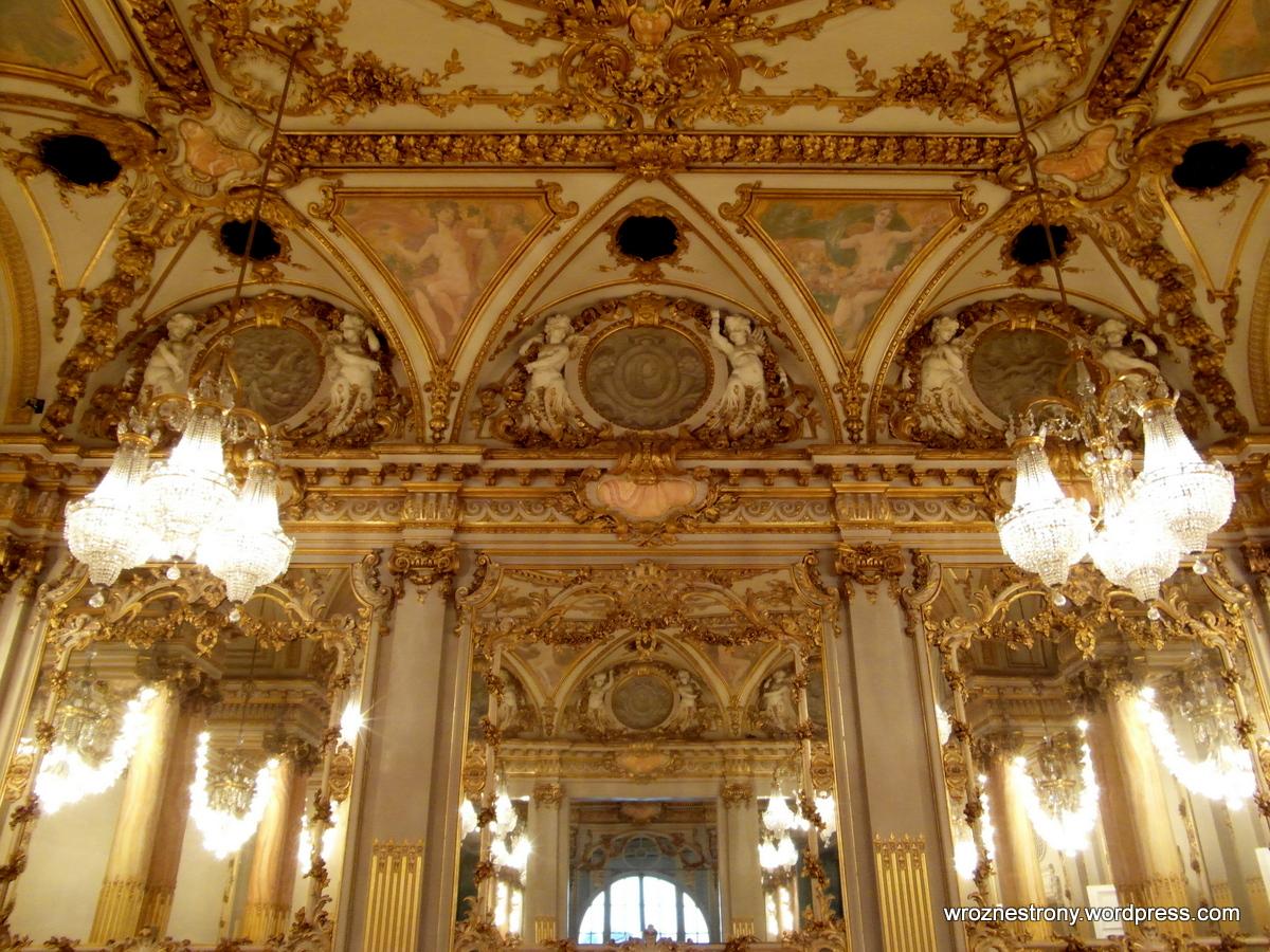 Kilka sal jest bogato zdobionych