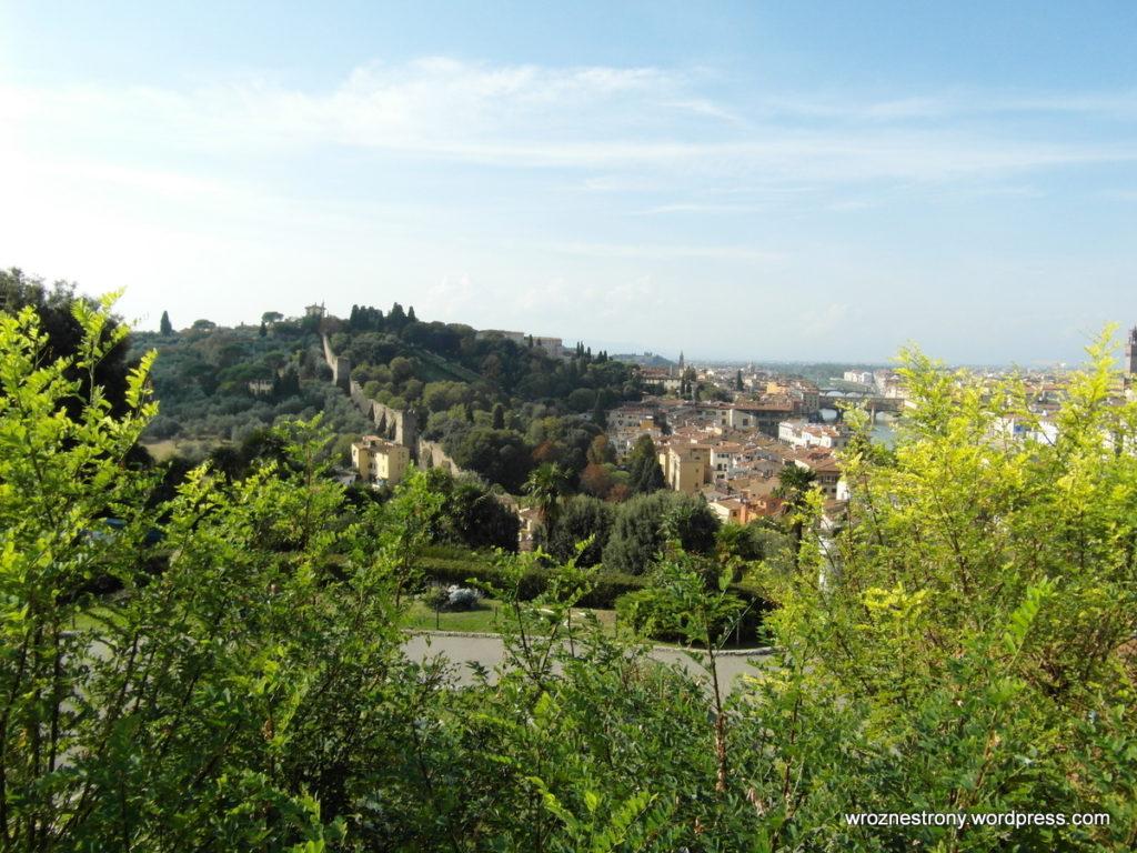 Wzgórza i mury miejskie otaczające Florencję