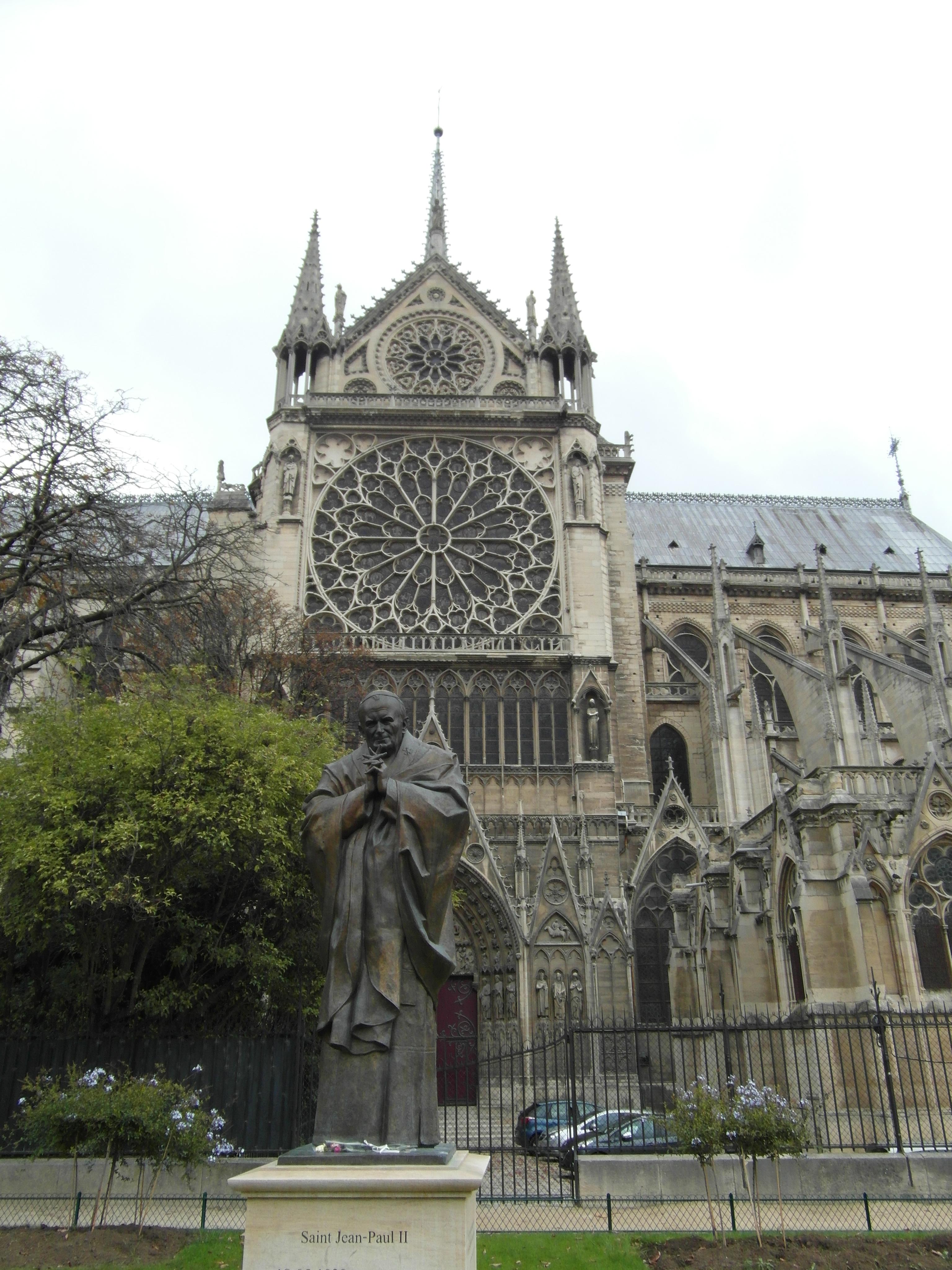 Pomnik św. Jana Pawła II pod katedrą Notre-Dame