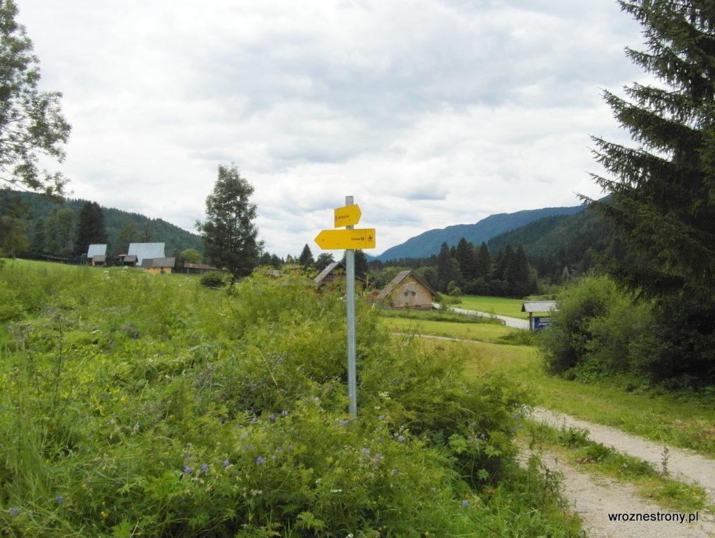 Drogowskaz typowy dla szlaków w Alpach Julijskich