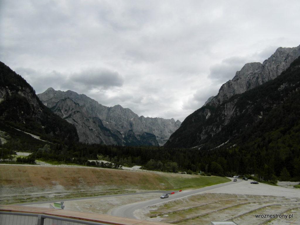 Widok z budynku muzeum na góry