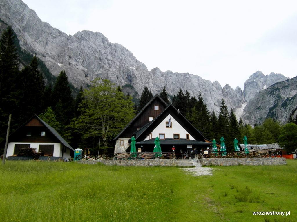 Schronisko Tamar i otaczające je góry