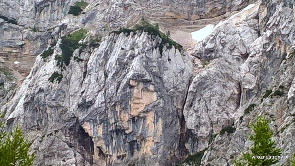 naturalna skalna płaskorzeźba - Ajdovska Deklica, która przypomina ludzką twarz