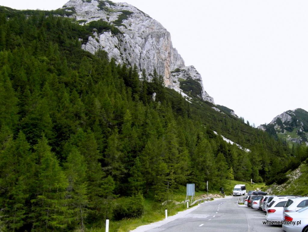 Bus i samochody zaparkowane na Przełęczy Vršič