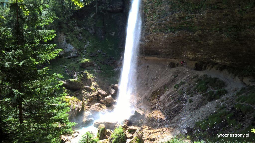 Wodospad Peričnik - dobrze widoczna ścieżka za wodospadem