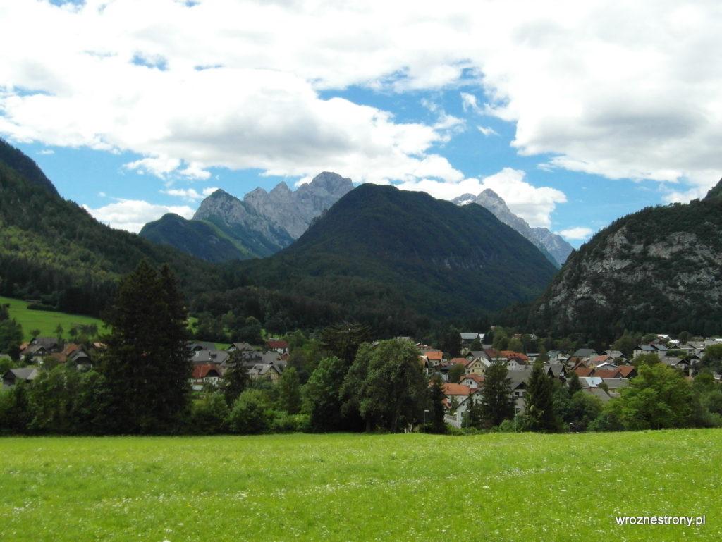 Mojstrana i góry - w oddali po prawej stronie widoczny Triglav
