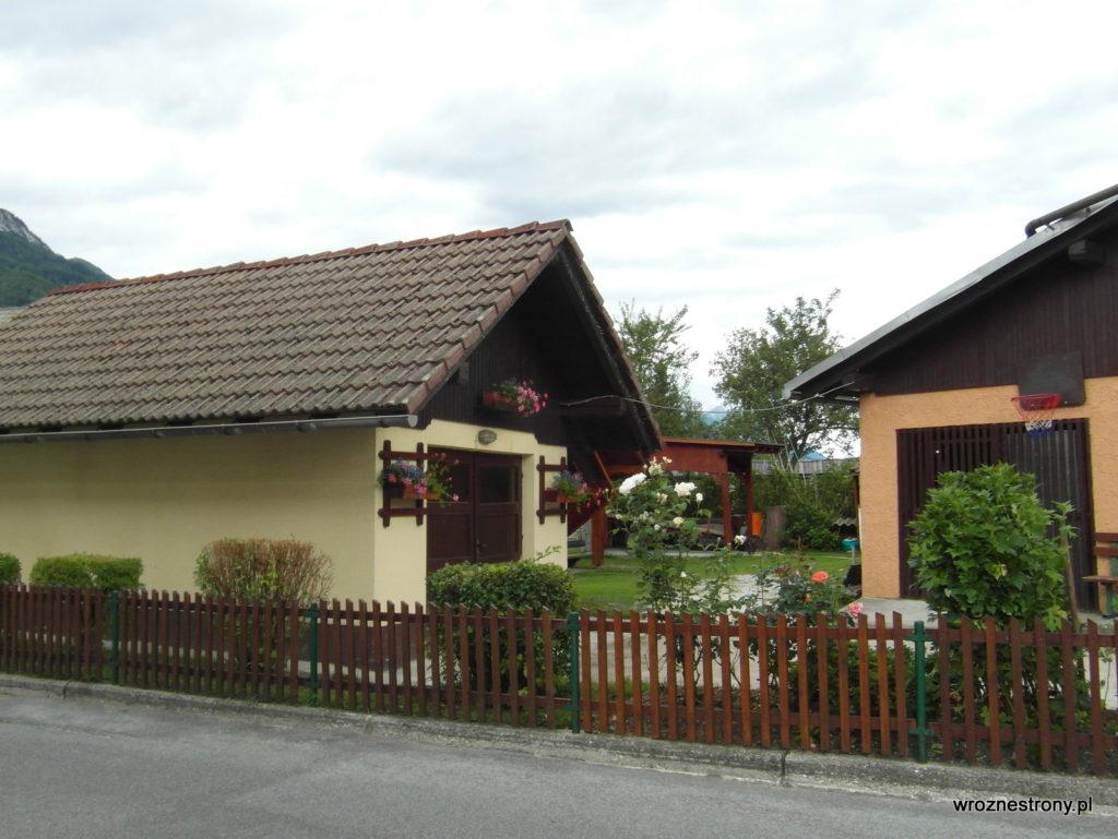 Mojstrana - w alpejskich wioskach nawet garaże są ozdobione kwiatami ;)
