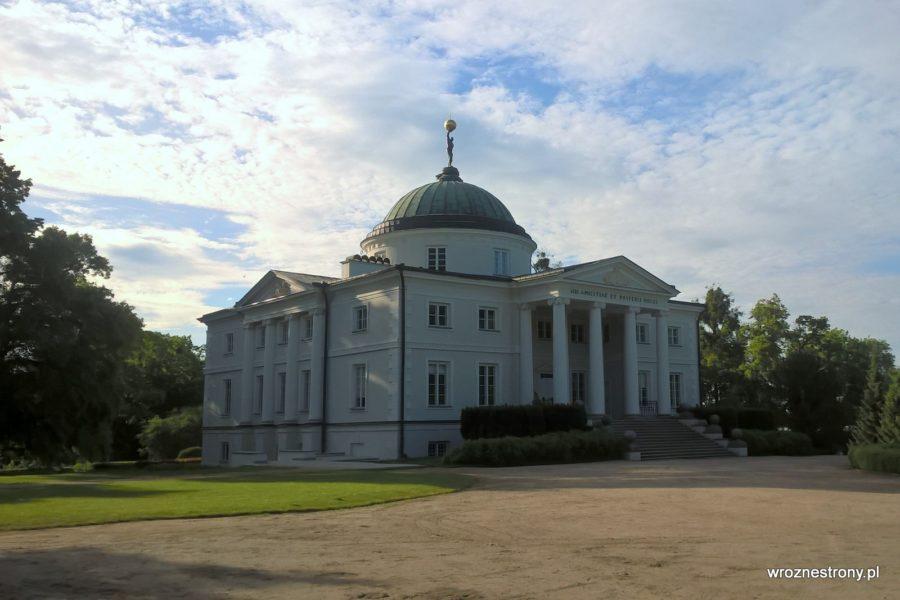 Pałac w Lubostroniu od frontu - uwagę przykuwa Atlas dźwigający kulę ziemską znajdujący się na kopule