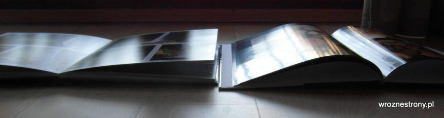 Po lewej fotoksiążka Saal Digital rozkładana na płasko, po prawej zwykła fotoksiążka,