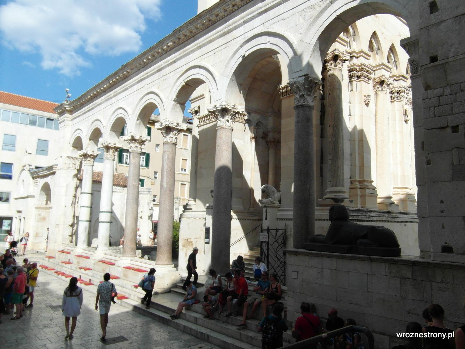 Lwy i sfinks przed wejściem do dawnego mauzoleum