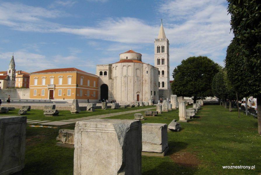 Teren Forum Rzymskiego, a w oddali kościół św. Donata i wieża katedry