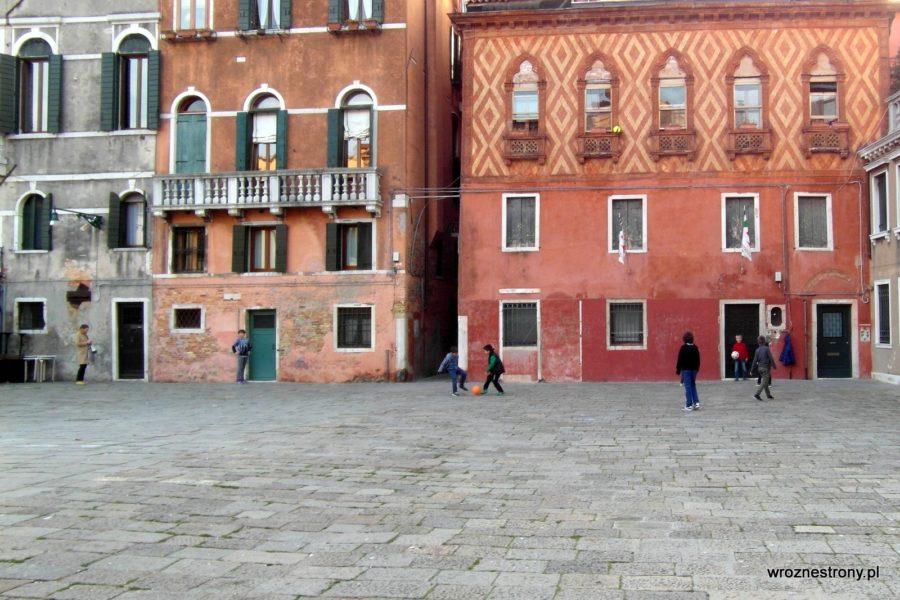 Codzienne życie młodych mieszkańców Wenecji