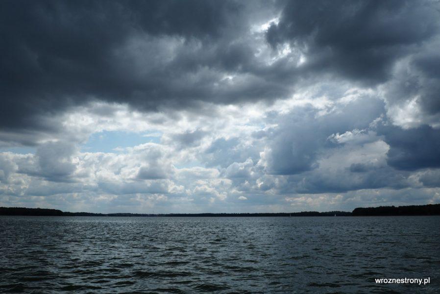 Ciemne chmury nad jeziorem Drawsko