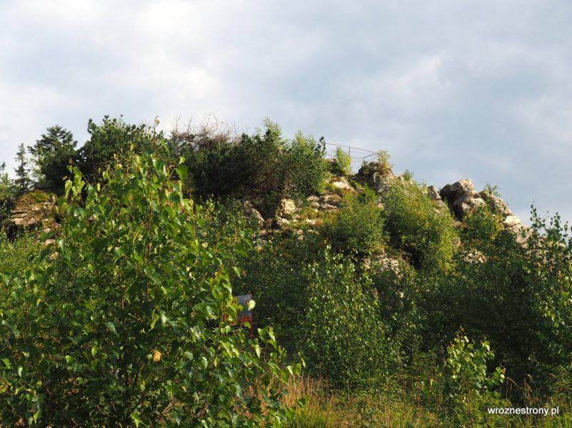 Widoczna platforma widokowa na szczycie Trojaka