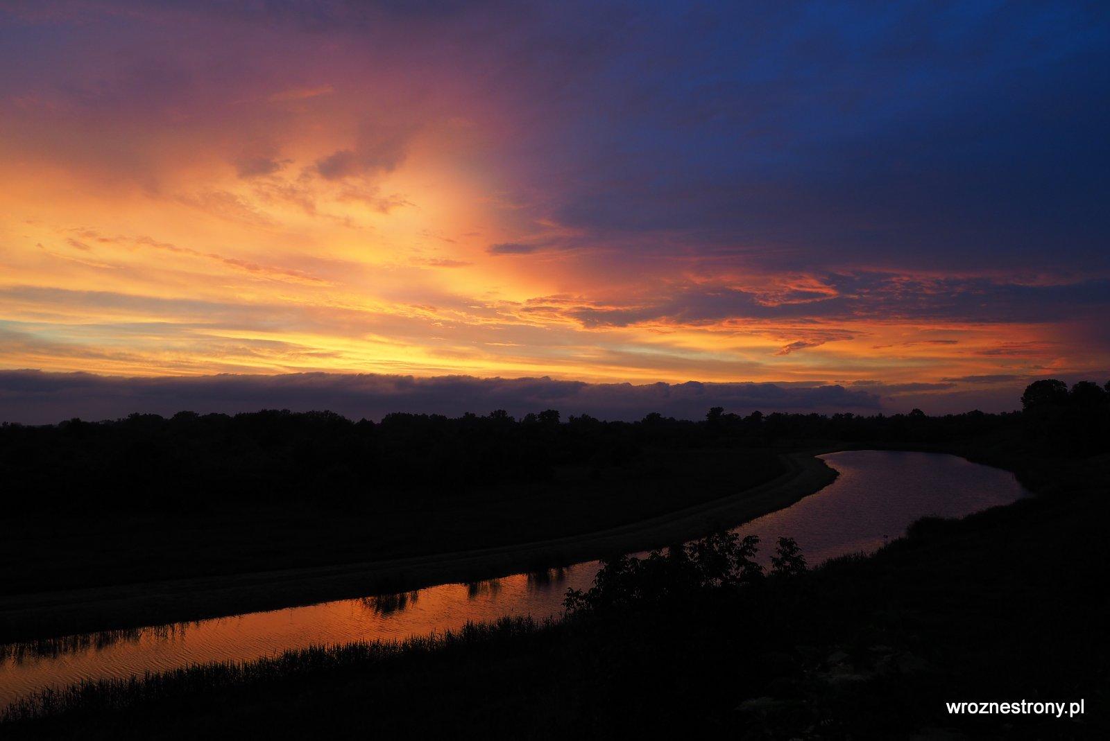 Piękny zachód słońca nad rzeką w Tarnobrzegu - widok z naszego tarasu