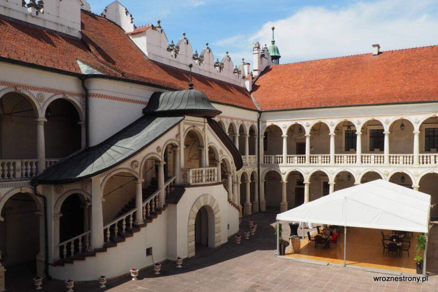 Namiot imprezowy na dziedzińcu zamku